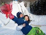 スキージャンプW杯蔵王大会の表彰式を終え、元女子ジャンプ選手の山田いずみさんに抱きかかえられる高梨沙羅=山形市の蔵王ジャンプ台で2012年3月3日、小出洋平撮影