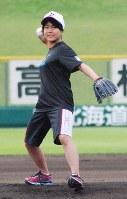 全国高校野球南北海道大会の始球式で登板した高梨沙羅選手=札幌円山球場で2012年7月16日午前9時39分、今井美津子撮影