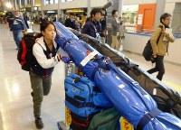 W杯の開幕戦を終えて帰国した高梨沙羅=成田空港で2012年11月26日、江連能弘撮影