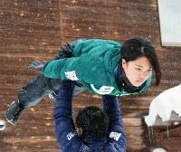 空中をイメージしながら練習を積む高梨沙羅=北海道名寄市で2012年12月20日、江連能弘撮影