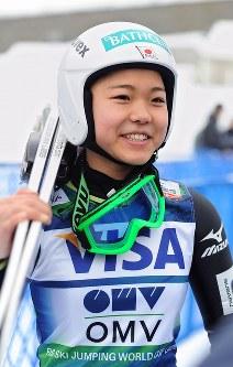 スキージャンプW杯札幌大会の公式練習を終え、記者の質問に笑顔で答える高梨沙羅=札幌市宮の森ジャンプ競技場で2013年2月1日、梅田麻衣子撮影