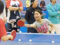 ソチ五輪を目指す選手たちの合同合宿で卓球を楽しむ高梨=東京都北区の味の素ナショナルトレーニングセンターで2013年4月21日午後4時10分、芳賀竜也撮影