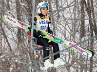 スキージャンプ女子W杯札幌大会で1回目の飛躍のため、リフトに乗る高梨沙羅=札幌市宮の森ジャンプ競技場で2014年1月11日、貝塚太一撮影