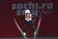 【スキージャンプ女子ノーマルヒル】4位に終わった高梨沙羅の2回目のジャンプ=ロシア・ソチのルスキエゴルキ・センターで2014年2月11日、木葉健二撮影