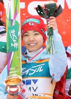 スキージャンプW杯札幌大会で優勝し、表彰式で笑顔の高梨沙羅=宮の森ジャンプ競技場で2015年1月11日、手塚耕一郎撮影