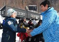 握手を交わす高梨沙羅選手(左)と日本ハムの栗山英樹監督=札幌市宮の森ジャンプ競技場で=札幌市中央区の宮の森ジャンプ競技場で2016年1月17日午後1時36分、手塚耕一郎撮影