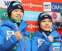スキージャンプ女子W杯の公式練習終了後、記者会見に臨んだ高梨沙羅(右)と伊藤有希=札幌市宮の森ジャンプ競技場で2017年1月13日、佐々木順一撮影