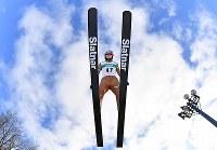 女子W杯個人第6戦で2位に入った高梨沙羅の2回目の飛躍=札幌市宮の森ジャンプ競技場で2018年1月14日、宮間俊樹撮影