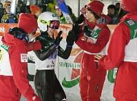 スキージャンプ女子W杯団体第2戦で優勝を果たし、2回目の飛躍を終えた高梨沙羅(左から2人目)を出迎える伊藤有希(左端)、岩渕香里(左から3人目)、勢藤優花=山形市クラレ蔵王シャンツェで2018年1月20日、山崎一輝撮影
