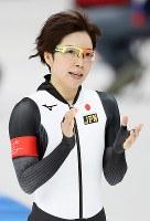 女子1500メートルで滑走し、客席の声援に応える小平奈緒=江陵オーバルで2018年2月12日、佐々木順一撮影