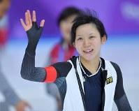 女子1500メートルで滑走後、銀メダルが確定し観客の声援に応える高木美帆=江陵オーバルで2018年2月12日、手塚耕一郎撮影