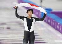 女子1500メートルで銀メダルを獲得し、日の丸を掲げる高木美帆=江陵オーバルで2018年2月12日午後10時50分、佐々木順一撮影