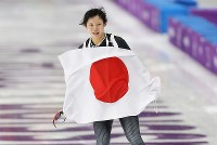 女子1500メートルで銀メダルを獲得し、日の丸を掲げる高木美帆=江陵オーバルで2018年2月12日、佐々木順一撮影