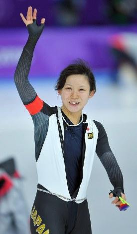 女子1500メートルで銀メダルを獲得し、手を振る高木美帆=江陵オーバルで2018年2月12日、手塚耕一郎撮影