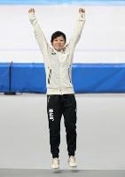 女子1500メートルで銀メダルを獲得し、セレモニーでジャンプする高木美帆=江陵オーバルで2018年2月12日、佐々木順一撮影