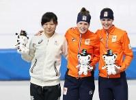 女子1500メートルで銀メダルを獲得し、セレモニーで笑顔を見せる高木美帆(左)=江陵オーバルで2018年2月12日、佐々木順一撮影