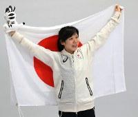 女子1500メートルで銀メダルを獲得し、日の丸を掲げて笑顔を見せる高木美帆=江陵オーバルで2018年2月12日、佐々木順一撮影
