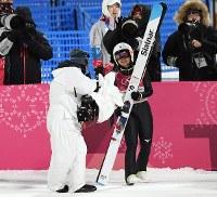 スキージャンプ女子、1回目の飛躍を終えテレビカメラに向かって、笑顔を見せる高梨沙羅=アルペンシア・ジャンプセンターで2018年2月12日、山崎一輝撮影