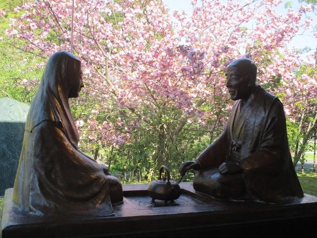 良寛(右)と弟子・貞心尼の像=新潟県長岡市の「良寛の里美術館」で2015年4月26日、桐山正寿撮影