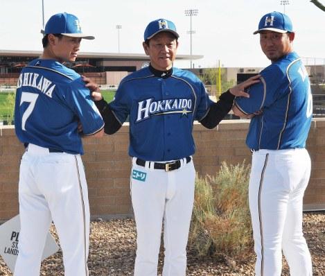 日本ハムの新ユニホームをお披露目する(右から)中田翔選手、栗山監督、西川遥輝選手
