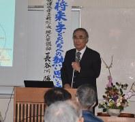 ミニボートピアの建設やまちづくりのあり方について講演する長谷川勝治さん=焼津市の焼津文化会館で