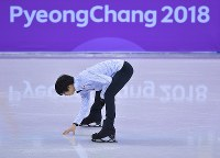 Yuzuru Hanyu touches the ice on the main rink at the Gangneung Ice Arena in South Korea on Feb. 13, 2018. (Mainichi)