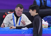 Yuzuru Hanyu, right, smiles as he chats with his coach Brian Orser during a practice session at the Gangneung Ice Arena in South Korea on Feb. 13, 2018. (Mainichi)