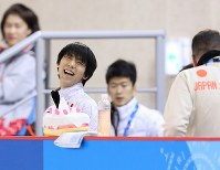 Figure skater Yuzuru Hanyu smiles on the practice rink at the Gangneung Ice Arena in South Korea on Feb. 12, 2018. (Mainichi)