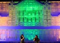 熱の入ったパフォーマンスが繰り広げられる中、鮮やかに輝く大氷像「台湾・旧台中駅」=札幌市中央区で2018年2月8日、梅村直承撮影