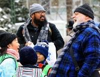 海外からの観光客に英語でインタビューして談笑する地元の小学生=札幌市中央区で2018年2月5日、梅村直承撮影