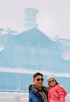 「台湾・旧台中駅」の前で記念撮影をする海外からの観光客=札幌市中央区で2018年2月9日、梅村直承撮影