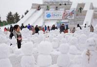 つどーむ会場でたくさん作られた雪だるま=札幌市東区で2018年2月8日、梅村直承撮影
