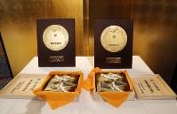 羽生善治氏と井山裕太氏が授与された国民栄誉賞の盾と記念品=東京都千代田区で2018年2月13日午後6時58分、小川昌宏撮影