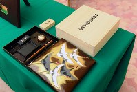 囲碁界で全7タイトルを再制覇した井山裕太氏に贈られる国民栄誉賞の記念品の硯箱、硯、筆、墨=首相官邸で2018年2月13日午後4時34分、川田雅浩撮影