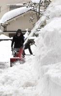 除雪作業をする人たち=福井市で2018年2月13日午前10時48分、平川義之撮影