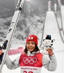 スキージャンプ女子ノーマルヒルで3位に入りフラワーセレモニー後に写真撮影に応じる高梨沙羅=アルペンシア・ジャンプセンターで2018年2月13日、宮間俊樹撮影