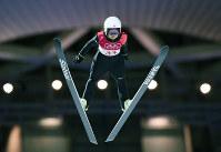 スキージャンプ女子、高梨沙羅の1回目の飛躍=アルペンシア・ジャンプセンターで2018年2月12日、山崎一輝撮影