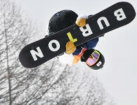 【平昌五輪】スノーボード男子ハーフパイプ予選1回目でエアを決める平野歩夢=フェニックス・スノーパークで2018年2月13日、山崎一輝撮影