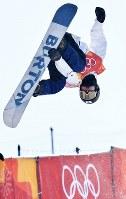 【平昌五輪】スノーボード男子ハーフパイプ予選2回目でエアを決める片山来夢=フェニックス・スノーパークで2018年2月13日、山崎一輝撮影