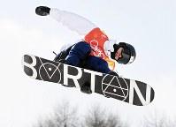 【平昌五輪】スノーボード男子ハーフパイプ予選1回目でエアを決める平岡卓=フェニックス・スノーパークで2018年2月13日、山崎一輝撮影