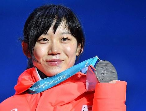 【平昌五輪】銀メダルを手にする高木美帆=メダルプラザで2018年2月13日、宮間俊樹撮影
