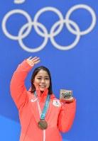 【平昌五輪】スキージャンプのメダルセレモニーで銅メダルを胸に観客の声援に応える高梨沙羅=メダルプラザで2018年2月13日、宮間俊樹撮影