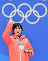 【平昌五輪】銀メダルを胸に観客の声援に応える高木美帆=メダルプラザで2018年2月13日、宮間俊樹撮影