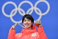 【平昌五輪】銅メダルを手に笑顔の原大智=メダルプラザで2018年2月13日、宮間俊樹撮影