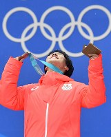 【平昌五輪】銅メダルを手に天を仰ぐ原大智=メダルプラザで2018年2月13日、宮間俊樹撮影