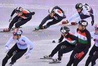 【平昌五輪】ショートトラック男子5000メートルリレー予選で前をうかがう渡辺啓太(中央)=江陵アイスアリーナで2018年2月13日、手塚耕一郎撮影