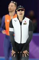 スピードスケート男子1500メートルで滑走後、記録を確認する小田卓朗=江陵オーバルで2018年2月13日、佐々木順一撮影