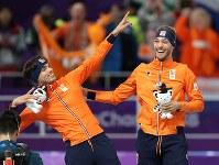 男子1500メートルで金メダルを獲得して笑顔を見せるナウシュ。左は2位のルスト=江陵オーバルで2018年2月13日、佐々木順一撮影