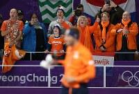 (スピードスケート男子1500メートル)連日、金メダルが続き、喜ぶオランダの応援団=江陵オーバルで2018年2月13日、佐々木順一撮影