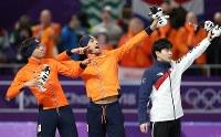 男子1500メートルで金メダルを獲得し、表彰台でウサイン・ボルトの決めポーズを披露するナウシュ(中央)。左は2位のルスト。右は3位のキム=江陵オーバルで2018年2月13日、佐々木順一撮影